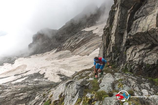 Sestup z Passo Cameraccio - nejdřív červený úsek po řetězech a pak sešup modrou stezkou po sněhu